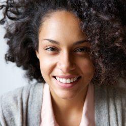 Blanchir les dents : astuces pour avoir les dents blanches avec des produits naturels