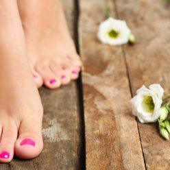 Callosités, pieds secs et abîmés : un rituel de soins en 4 étapes